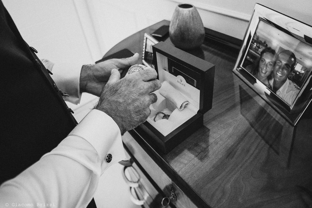 Dettaglio sull'orologio con foto dei futuri sposi, fotografo ricevimento villa grabau, lucca