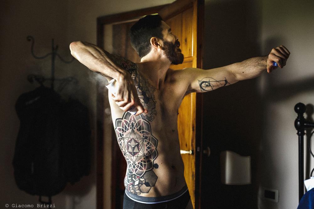 Lo sposo a dorso nudo con tatuaggi, matrimonio San Giuliano Terme, Pisa. Giacomo Brizzi Fotografo