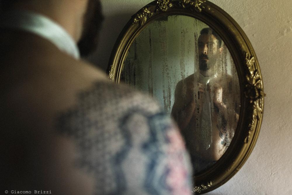 Lo sposo riflesso nello specchio, matrimonio San Giuliano Terme, Pisa. Giacomo Brizzi Fotografo
