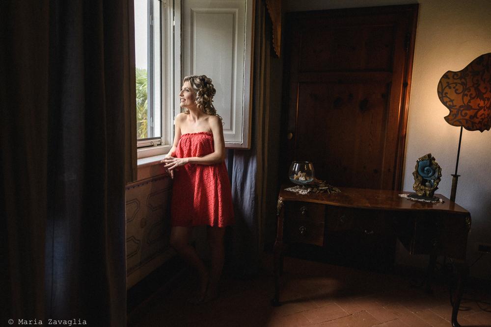 La sposa affacciata alla finestra, matrimonio San Giuliano Terme, Pisa. Giacomo Brizzi Fotografo