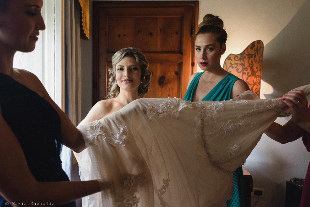 La sposa indossa l'abito, matrimonio San Giuliano Terme, Pisa. Giacomo Brizzi Fotografo