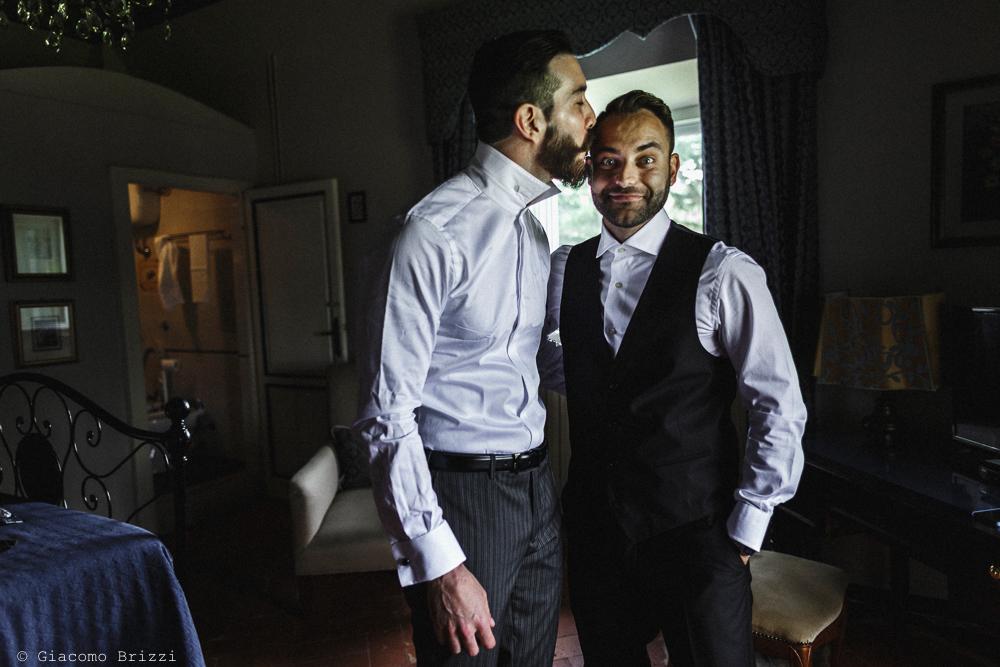Due uomini in piedi, matrimonio San Giuliano Terme, Pisa. Giacomo Brizzi Fotografo