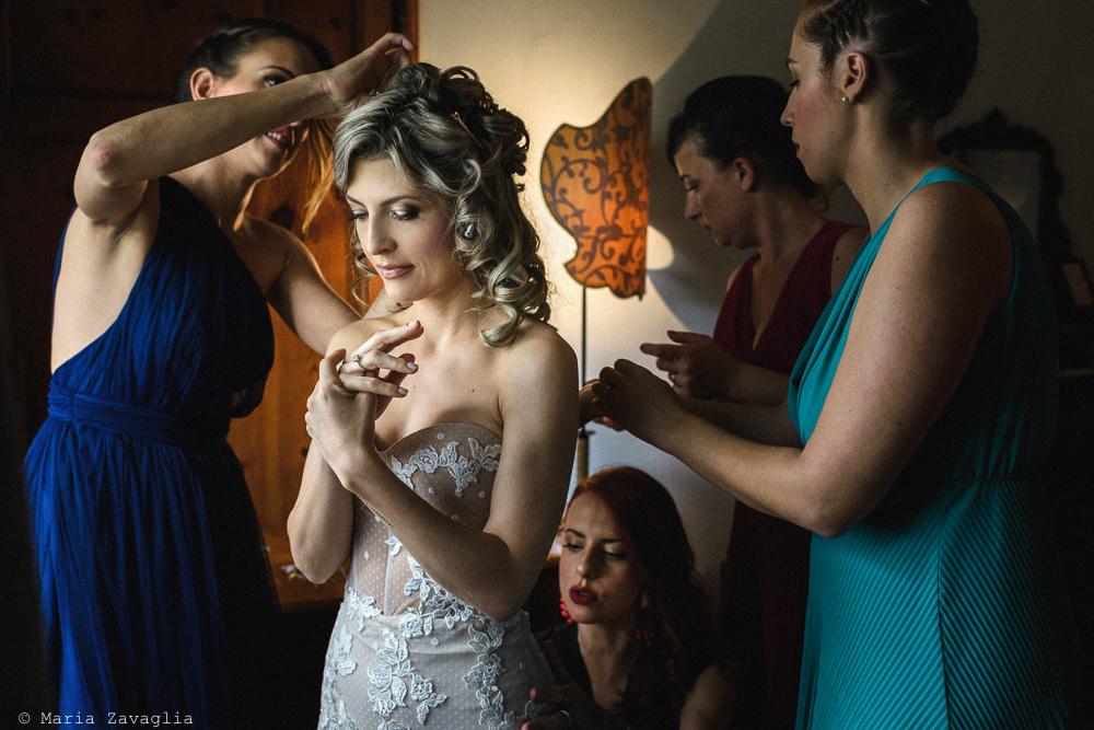 Ultimi ritocchi ai capelli della sposa, matrimonio San Giuliano Terme, Pisa. Giacomo Brizzi Fotografo