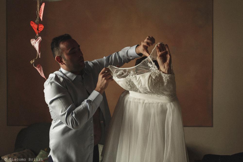 La sposa inizia a vestirsi, matrimonio Massa Carrara Toscana