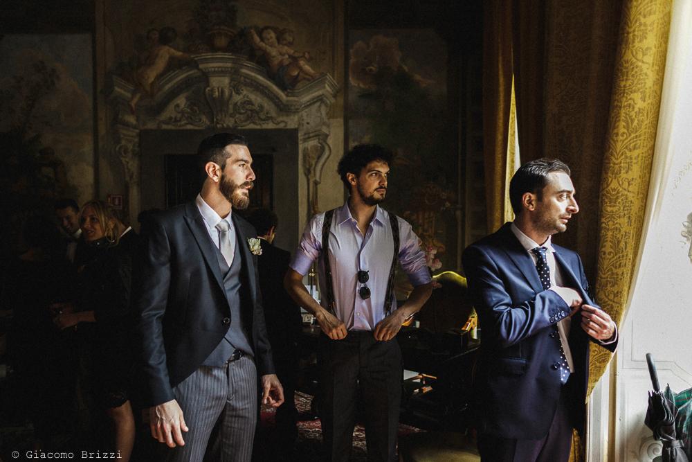 Tre uomini in piedi, preparativi matrimonio San Giuliano Terme, Pisa. Giacomo Brizzi Fotografo