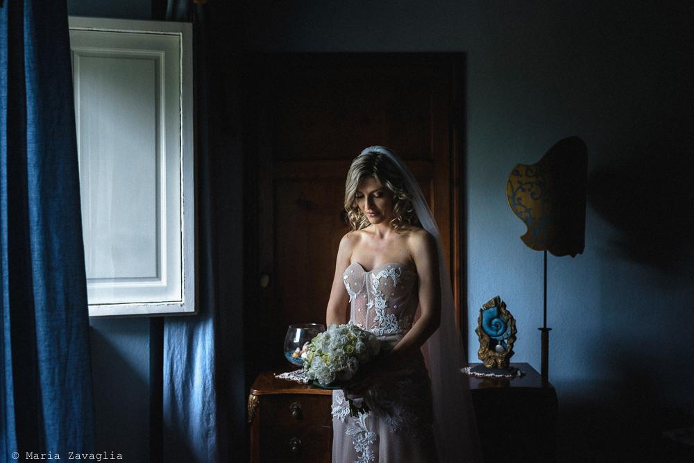 con bouquet di fiori in mano, preparativi matrimonio San Giuliano Terme, Pisa. Giacomo Brizzi Fotografo