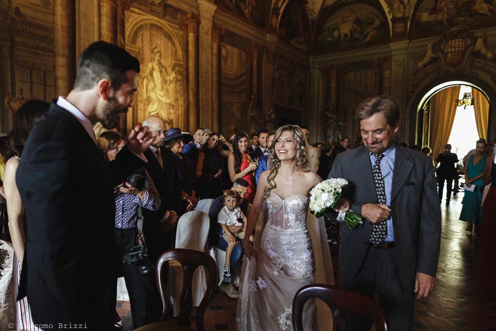 La sposa raggiunge lo sposo per la cerimonia, matrimonio San Giuliano Terme, Pisa. Giacomo Brizzi Fotografo