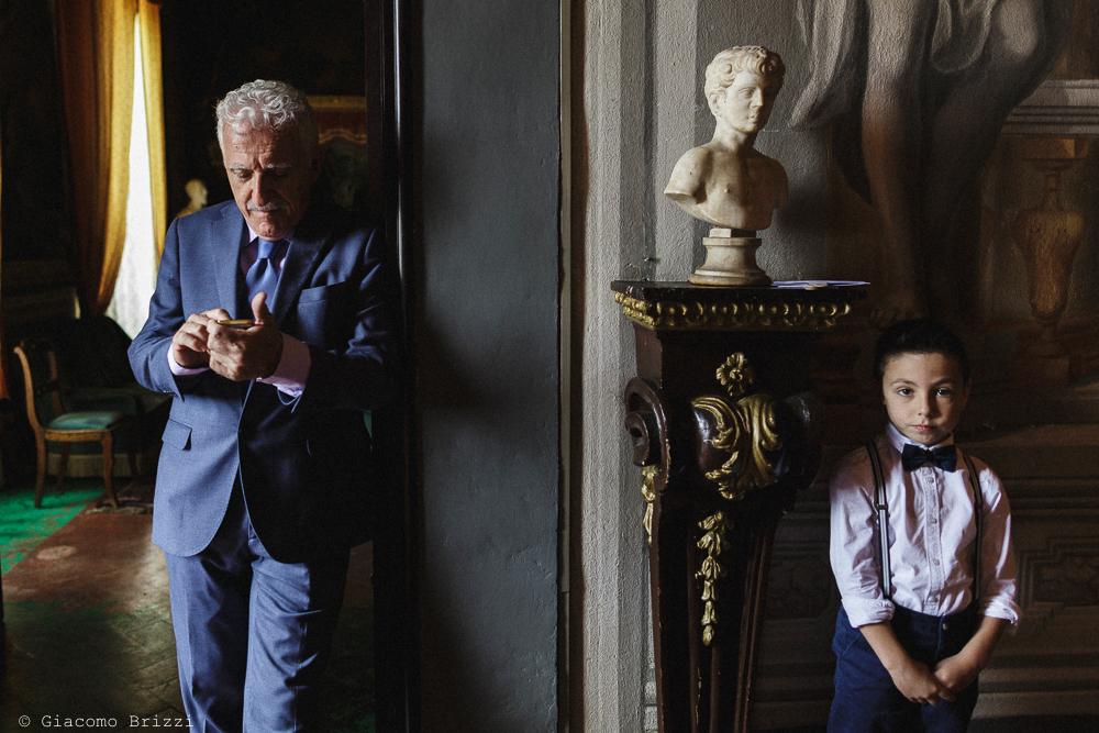 Uomo in piedi e bambino, matrimonio San Giuliano Terme, Pisa. Giacomo Brizzi Fotografo