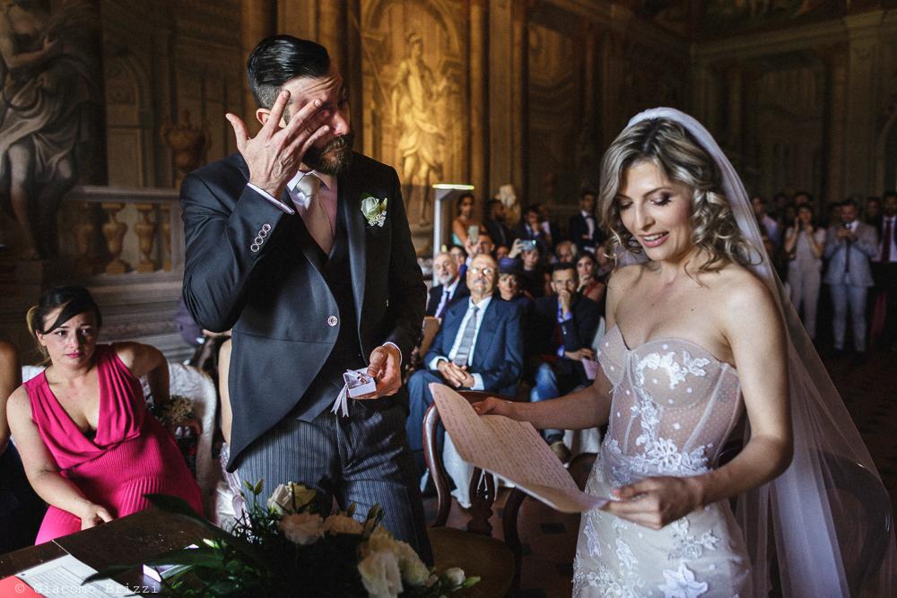 Gli sposi leggono in piedi, matrimonio San Giuliano Terme, Pisa. Giacomo Brizzi Fotografo