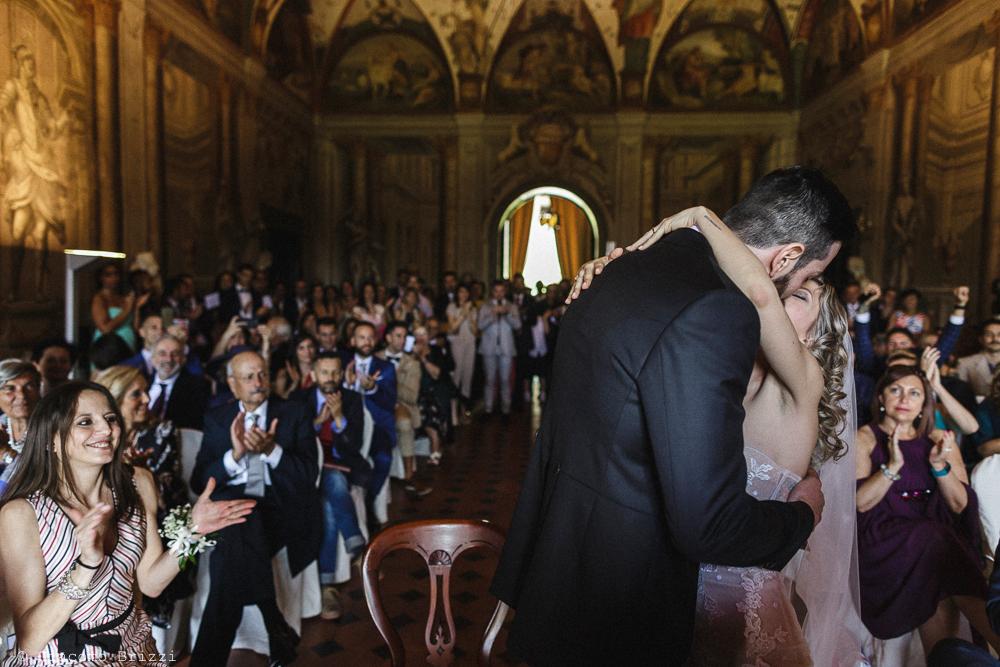 Il bacio e abbraccio tra gli sposi, matrimonio San Giuliano Terme, Pisa. Giacomo Brizzi Fotografo