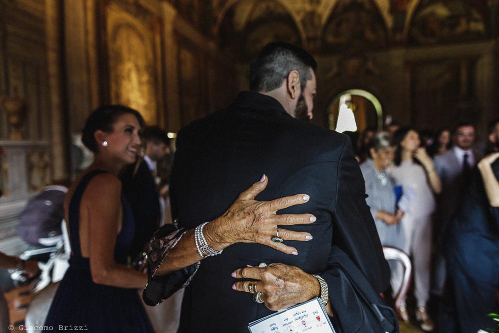 Un abbraccio allo sposo, matrimonio San Giuliano Terme, Pisa. Giacomo Brizzi Fotografo