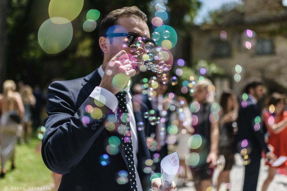 Uomo che fa bolle di sapone, matrimonio San Giuliano Terme, Pisa. Giacomo Brizzi Fotografo