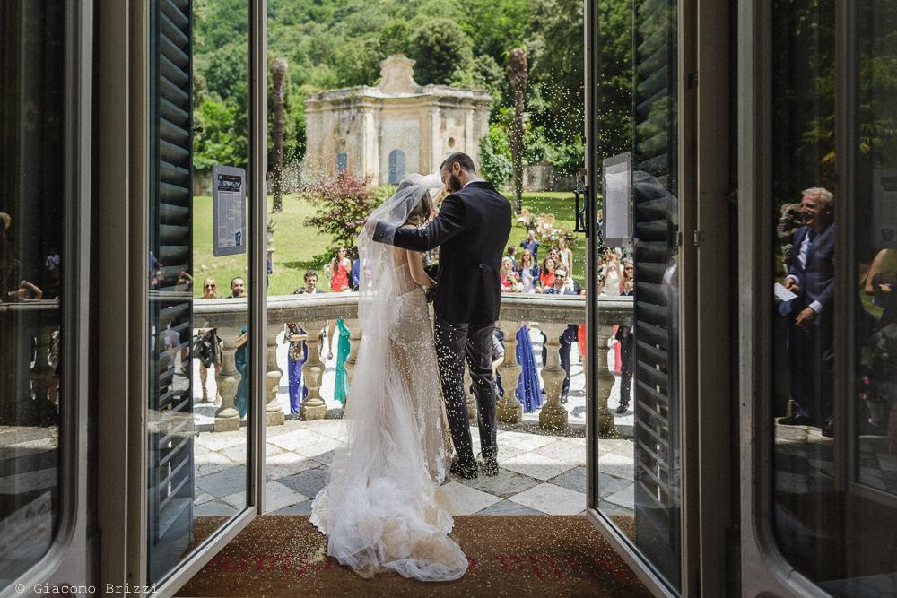 Gli sposi di spalle, affacciati sul balcone, matrimonio San Giuliano Terme, Pisa. Giacomo Brizzi Fotografo