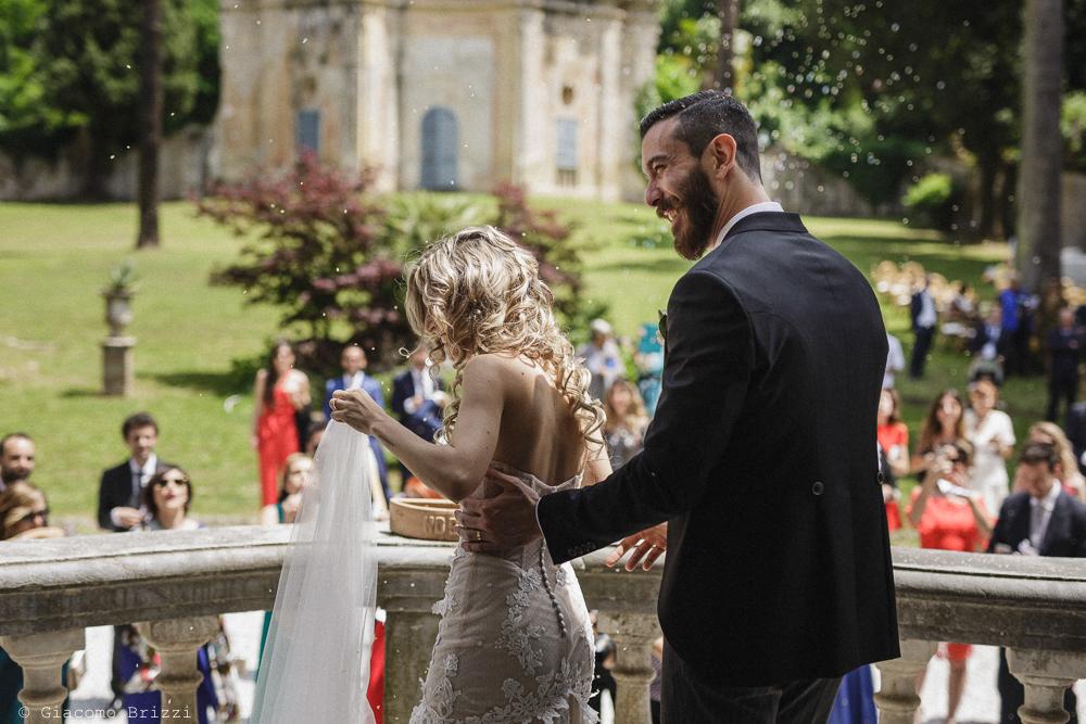 Gli sposi di spalle si spostano, matrimonio San Giuliano Terme, Pisa. Giacomo Brizzi Fotografo