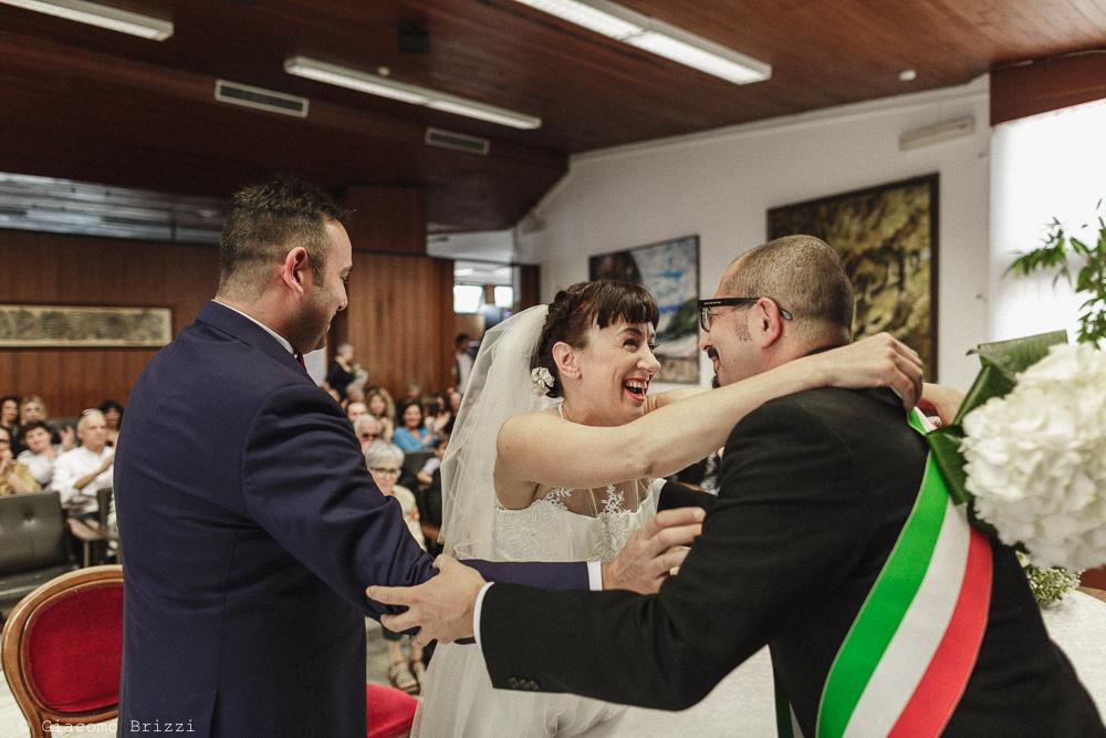 Un abbraccio tra sposa e pubblico ufficiale, matrimonio Massa Carrara Toscana