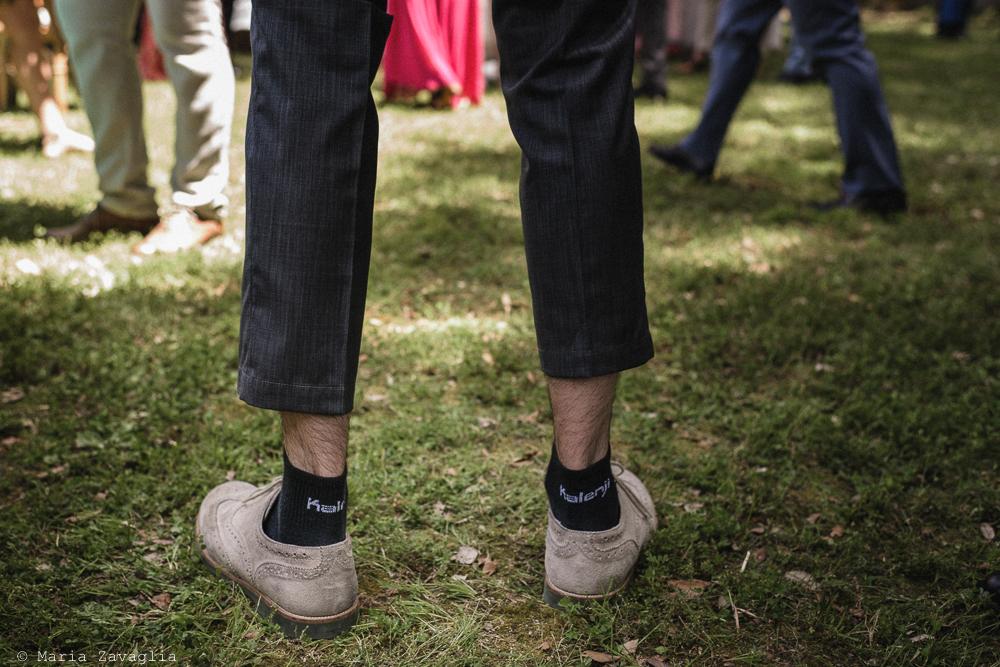 Inquadratura su calzature, brindisi sullo sfondo, matrimonio San Giuliano Terme, Pisa. Giacomo Brizzi Fotografo