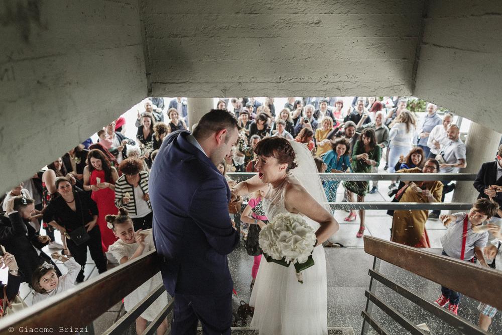 Gli sposi scendono le scale, matrimonio Massa Carrara Toscana