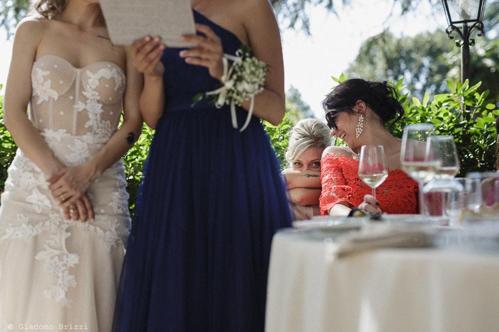Donne sedute in secondo piano, matrimonio San Giuliano Terme, Pisa. Giacomo Brizzi Fotografo