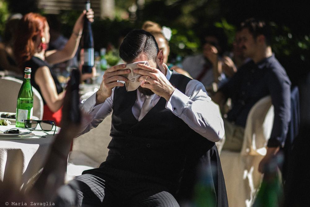 Uomo seduto asciuga la fronte, matrimonio San Giuliano Terme, Pisa. Giacomo Brizzi Fotografo