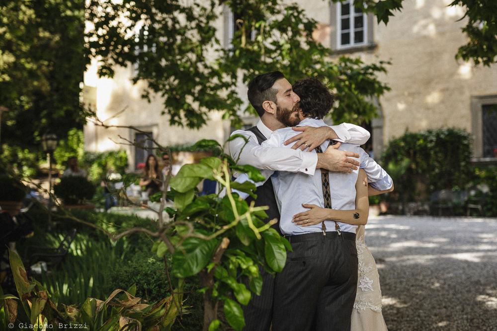 Un abbraccio a tre, matrimonio San Giuliano Terme, Pisa. Giacomo Brizzi Fotografo