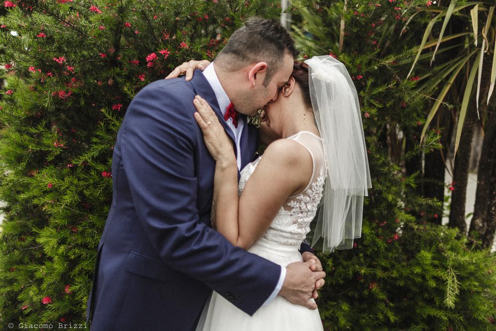 Un abbraccio tra gli sposi, matrimonio Massa Carrara Toscana
