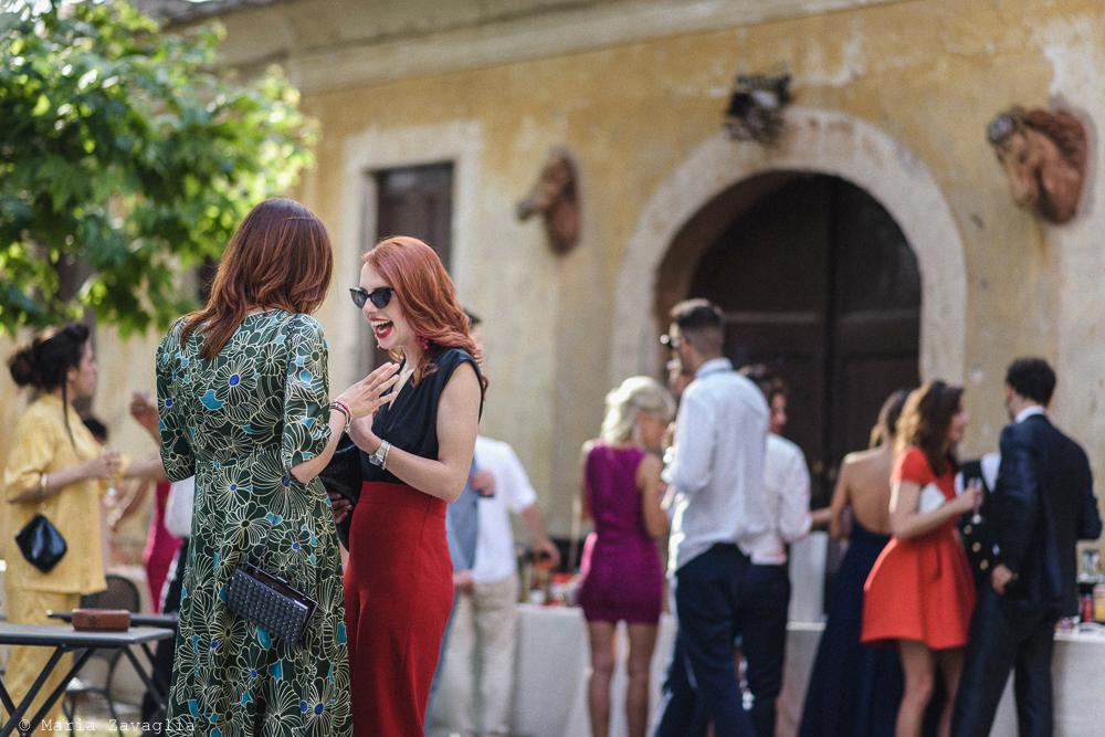Due donne in primo piano che chiacchierano, matrimonio San Giuliano Terme, Pisa. Giacomo Brizzi Fotografo