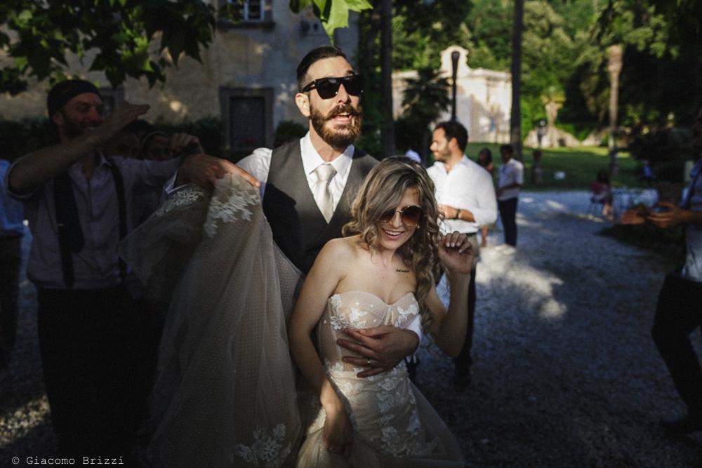 Gli sposi ballano abbracciati, matrimonio San Giuliano Terme, Pisa. Giacomo Brizzi Fotografo