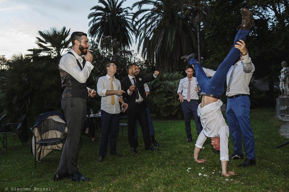 Acrobazie durante i festeggiamenti, matrimonio San Giuliano Terme, Pisa. Giacomo Brizzi Fotografo