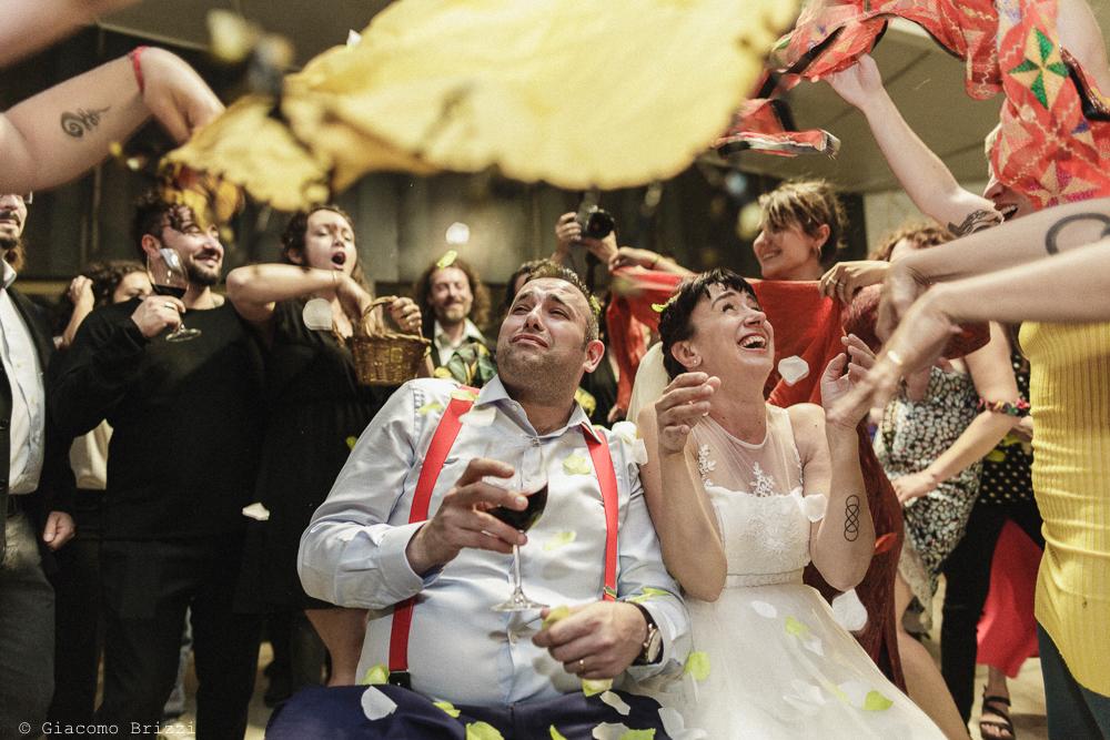 Gli sposi circondati dagli invitati, matrimonio Massa Carrara Toscana