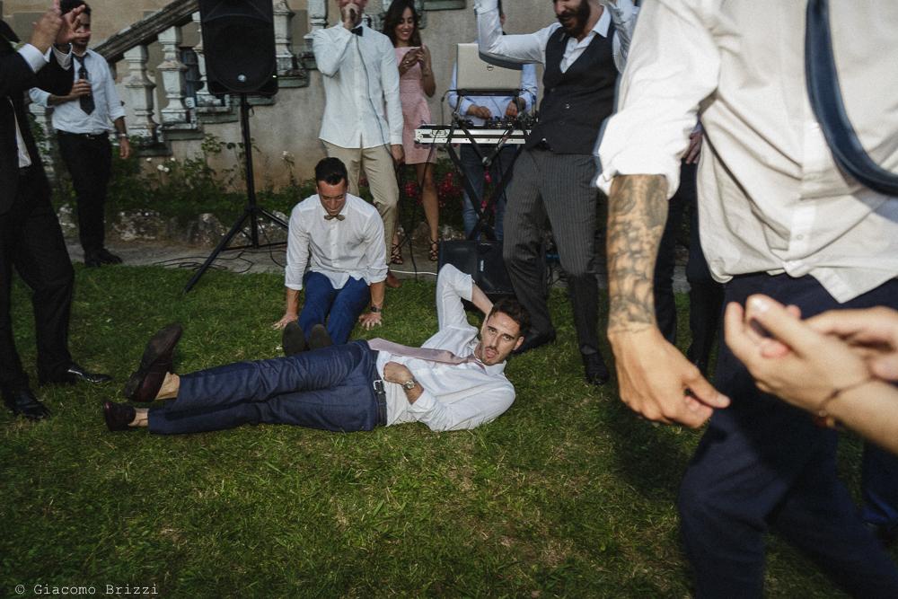 Uomo steso sul prato, matrimonio San Giuliano Terme, Pisa. Giacomo Brizzi Fotografo
