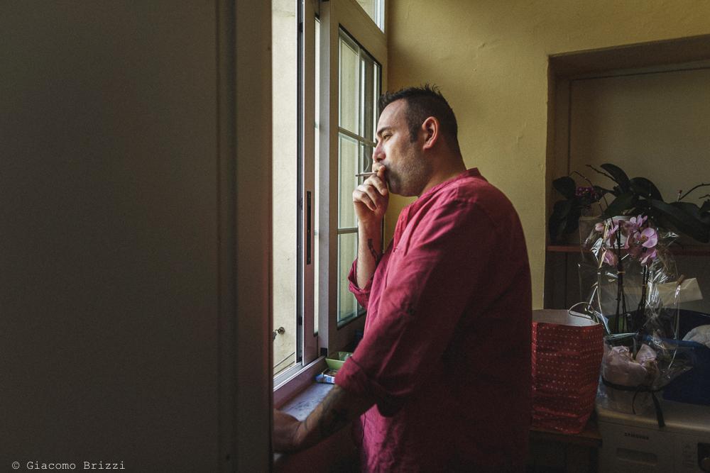 Lo sposo pensieroso, mentre guarda fuori dalla finestra, matrimonio Massa Carrara Toscana