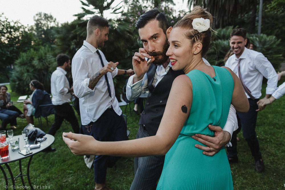 Uomo e donna abbracciati, ballano, matrimonio San Giuliano Terme, Pisa. Giacomo Brizzi Fotografo