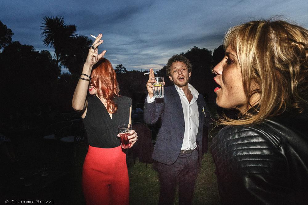 Tre persone che ballano, matrimonio San Giuliano Terme, Pisa. Giacomo Brizzi Fotografo