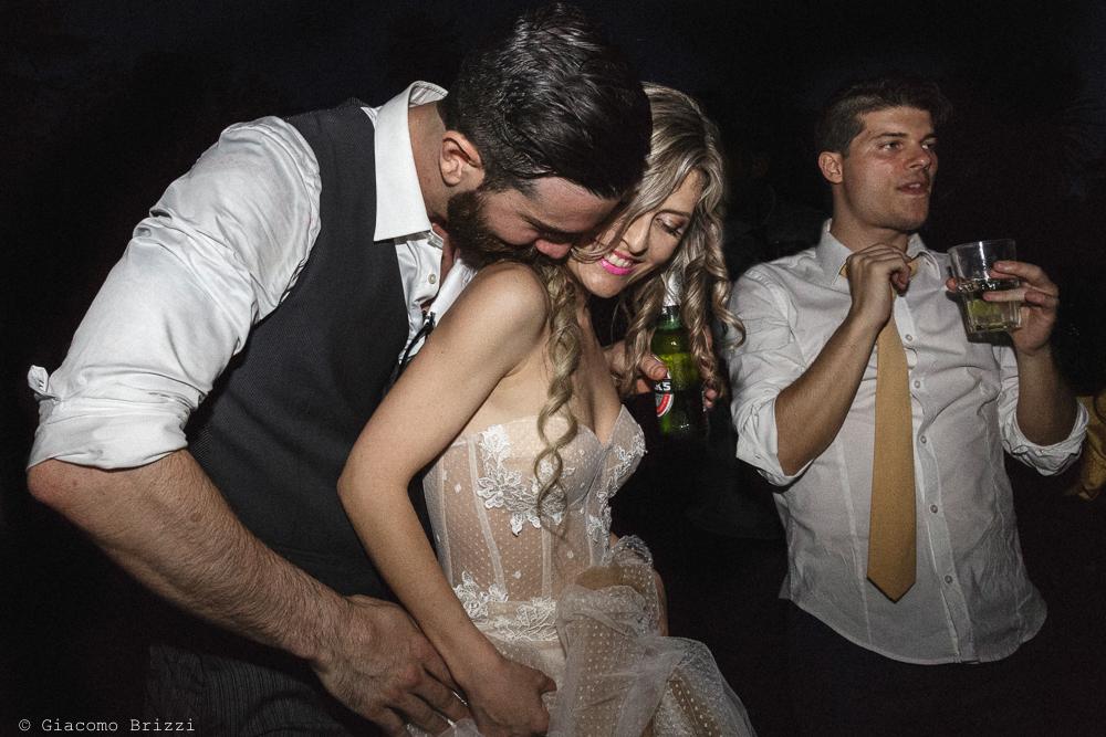 Lo sposo abbraccia la sposa, matrimonio San Giuliano Terme, Pisa. Giacomo Brizzi Fotografo