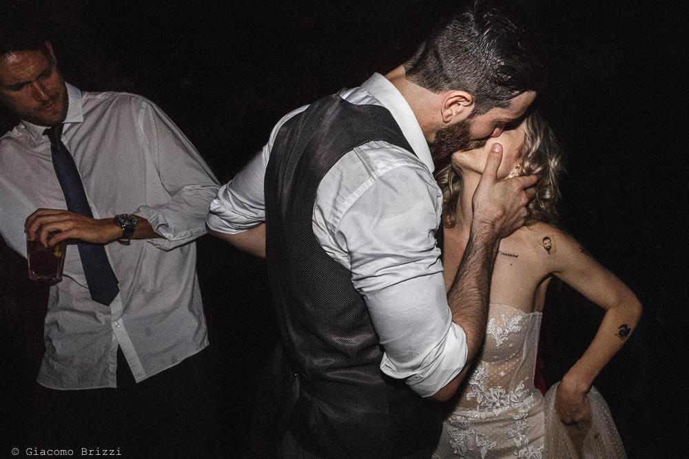 Gli sposi si baciano, matrimonio San Giuliano Terme, Pisa. Giacomo Brizzi Fotografo