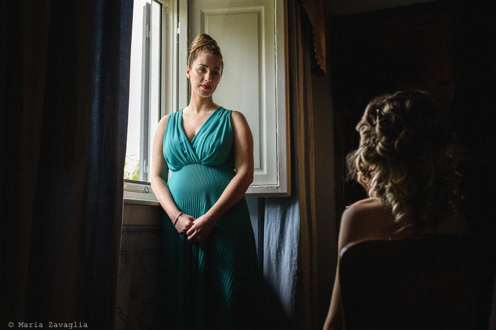 Donna davanti una finetra, matrimonio San Giuliano Terme, Pisa. Giacomo Brizzi Fotografo