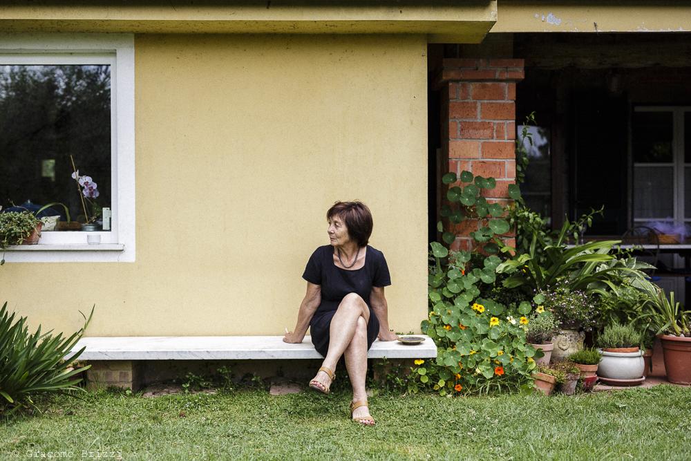 Fotografo Matrimonio Ameglia, Liguria. Donna seduta in giardino. Giacomo Brizzi Fotografo, ricevimento La Locanda Dell'Angelo