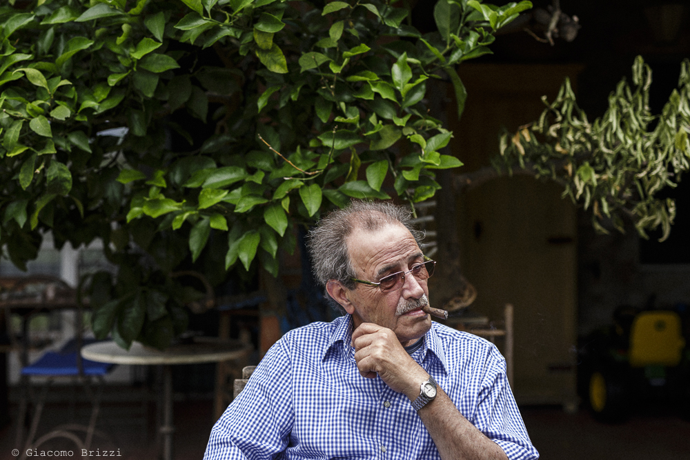 Fotografo Matrimonio Ameglia, Liguria. Uomo che fuma. Giacomo Brizzi Fotografo, ricevimento La Locanda Dell'Angelo
