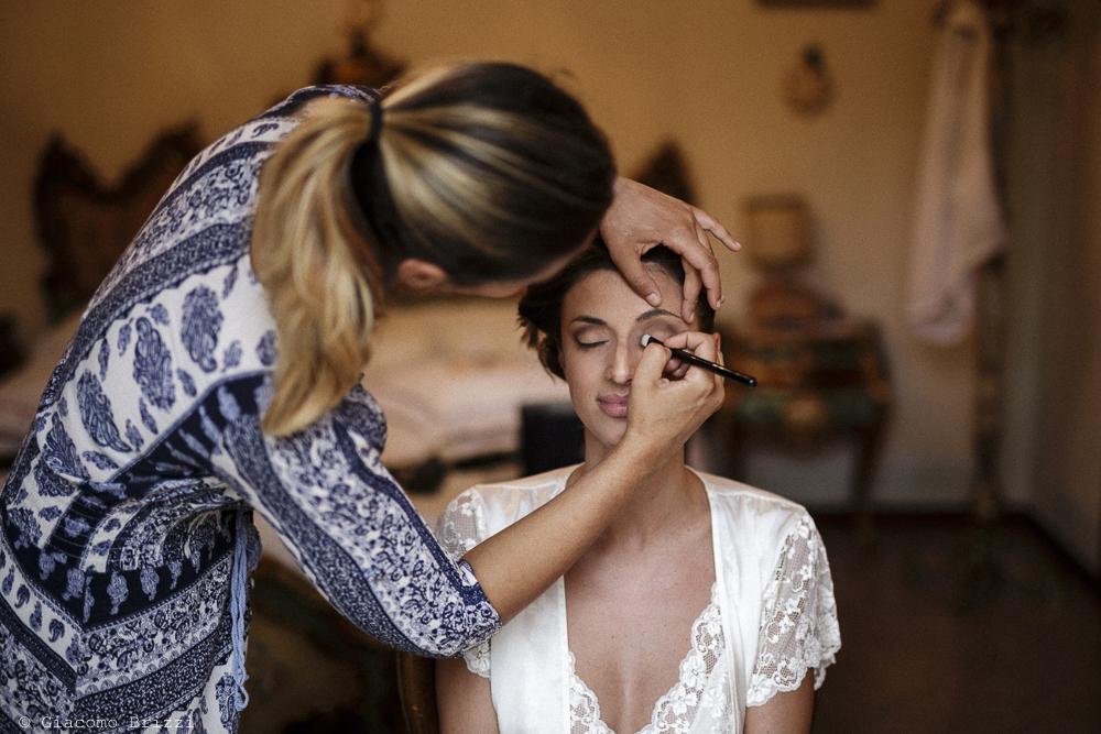 Fotografo Matrimonio Ameglia, Liguria. La sposa al trucco. Giacomo Brizzi Fotografo, ricevimento La Locanda Dell'Angelo