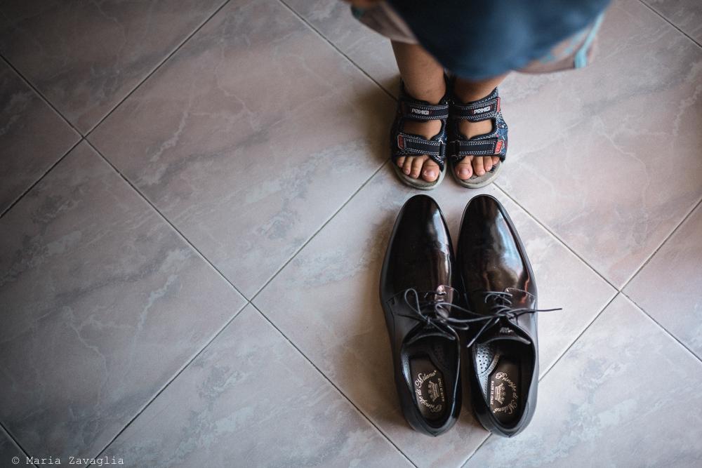 Fotografo Matrimonio Lunigiana, Bagnone (Toscana). Location: Il Baglio della Luna. Sposi: Fabio & Elisabetta. Dettaglio su calzature. Giacomo Brizzi Fotografo di Matrimonio in Toscana
