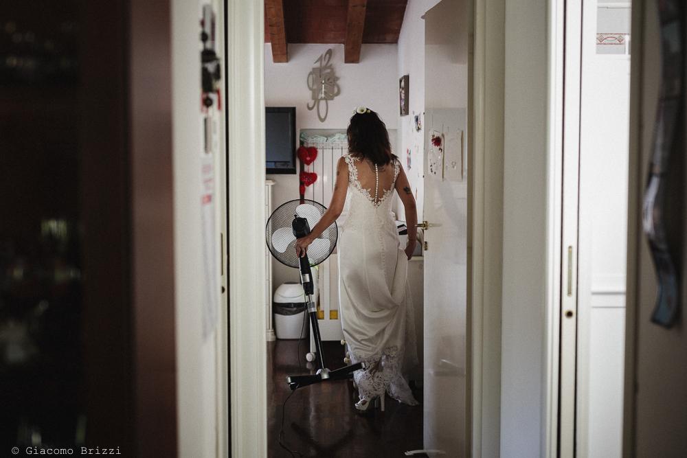 Fotografo Matrimonio Lunigiana, Bagnone (Toscana). Location: Il Baglio della Luna. Sposi: Fabio & Elisabetta. Sposa di spalle. Giacomo Brizzi Fotografo di Matrimonio in Toscana