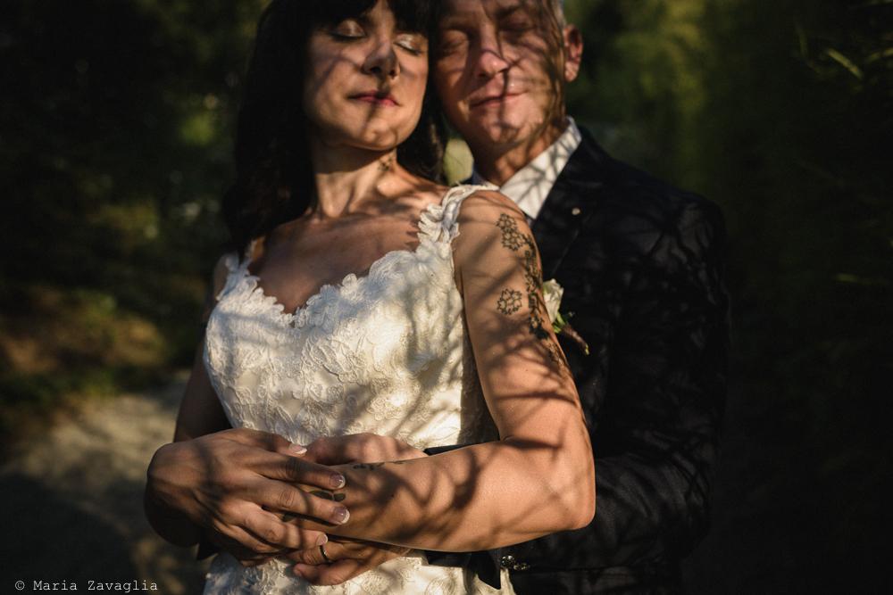 Fotografo Matrimonio Lunigiana, Bagnone (Toscana). Location: Il Baglio della Luna. Sposi: Fabio & Elisabetta. Gli sposi in penombra. Giacomo Brizzi Fotografo di Matrimonio in Toscana